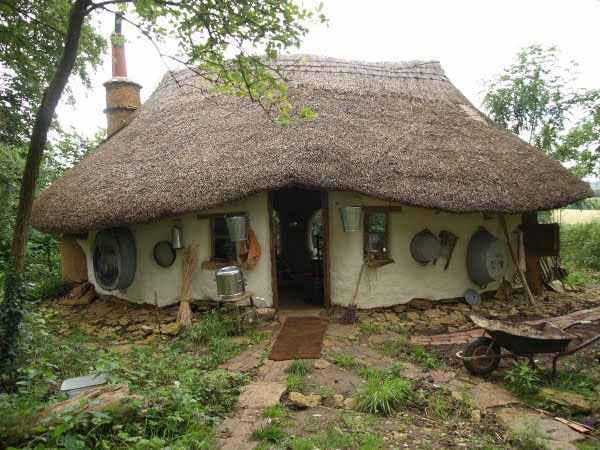 British man built this beautiful cob house for £150 ($250)